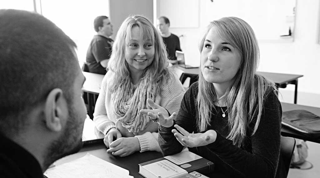 Pædagogstuderende-diskuterer-piger-ny-